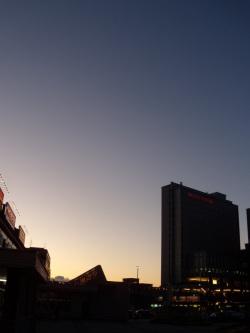 夕暮れのJR高岡駅前