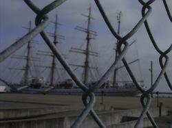 近くにいけませんネット越しの帆船日本丸