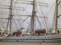 寄港中の帆船日本丸