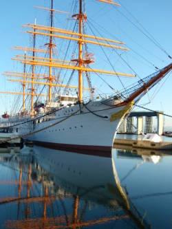 水面に映る逆さ帆船海王丸