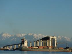 富山新港に入港する貨物船