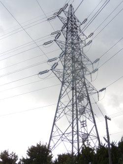 新港火力発電所の送電線鉄塔