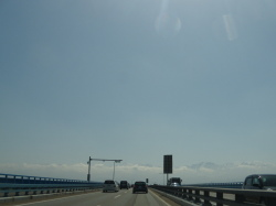 朝の国道8号線成願寺大橋